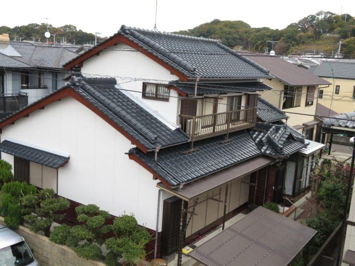 高知市瀬戸 f様邸 屋根塗装 外壁塗装 棟のコケや藻も綺麗に取り除き塗装しました。