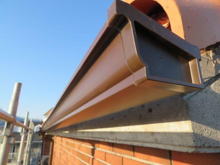 高知市高須 y様邸 雨樋新規取り付け工事 経年劣化で破損した雨樋を新品に!家の中でも気になる雨音も解消されました。
