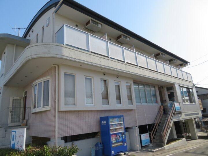 高知市伊勢崎町 kマンション RC外壁打ち放しコンクリートの爆裂補修から表面保護塗装 赤さびの目立っていた駐車場鉄骨も塗装で明るくなりました