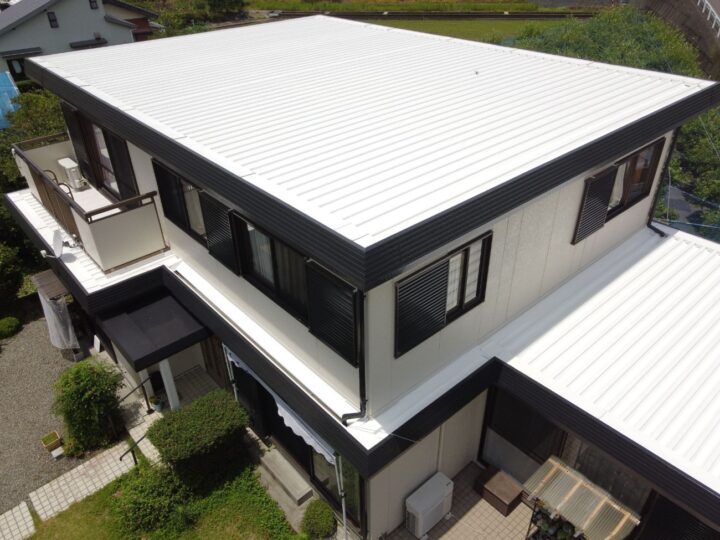 黒と白を基調にシンプルに仕上がりました。南国市 n様邸 屋根塗装 外壁塗装